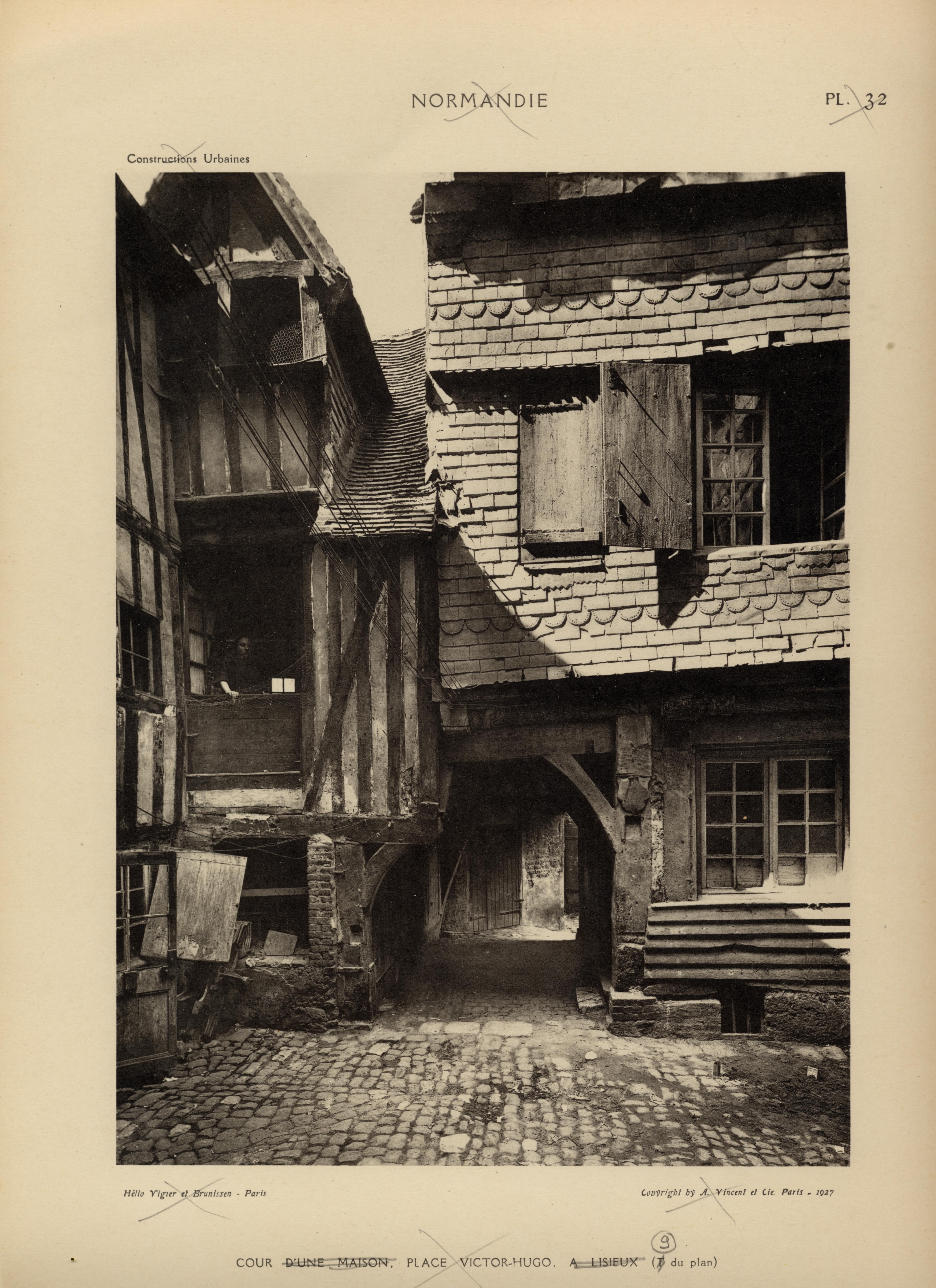 Vues prises dans la cour dune maison place victor hugo la maison en question possède deux cours successives en t et t du plan les pans de bois